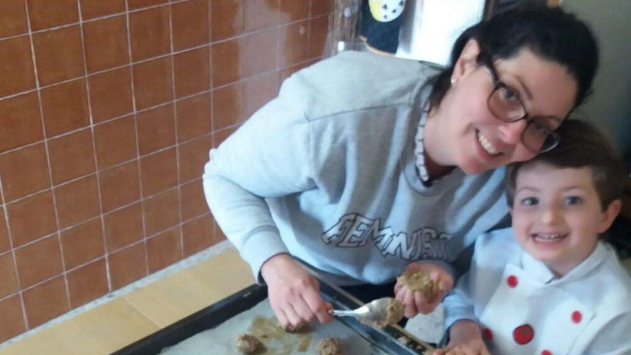 Sandra y su hijo Martín, haciendo galletas para los niños del edificio.