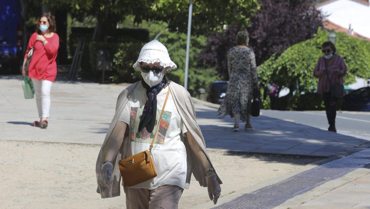 Compostela resiste con la mascarilla a pesar de las altas temperaturas.La imagen del «delivery» de Lucía Freitas es un dibujo de la propia cocinera viajando sobre un cohete
