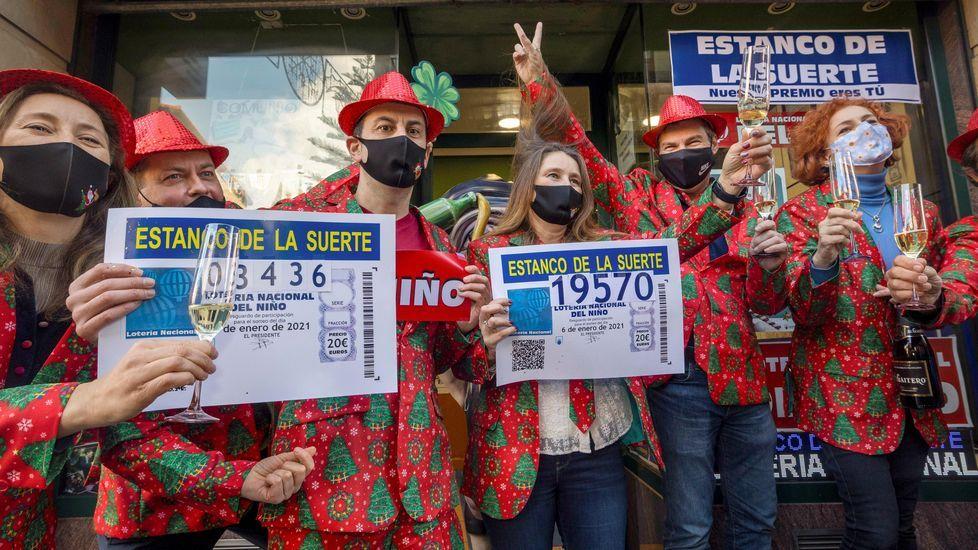 Celebración del Estanco del Suerte por la lotería de El Niño