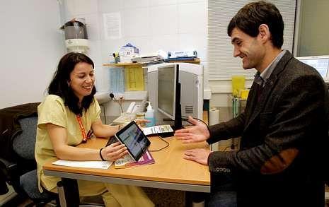 Una enfermera se comunica en el Clínico con Iker Sertucha, que utiliza la lengua de signos.