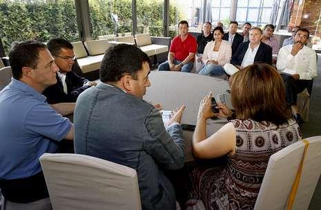 A la reunión de ayer asistieron alcaldes y portavoces de toda la Costa da Morte.