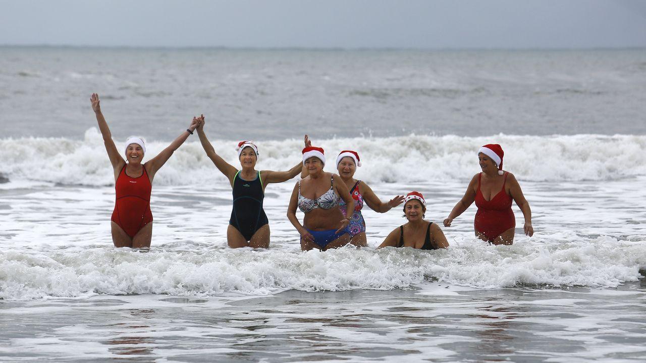 Mujeres bañándose en A Rapadoira, foz.La Praza Maior, casi vacia el día de Año Nuevo