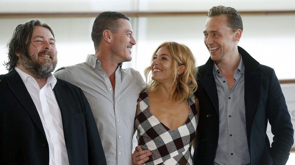 El director Ben Wheatley (i) y los actores Sienna Miller, Tom Hiddleston (d) y Luke Evans posan durante la presentación de la película «High rise»
