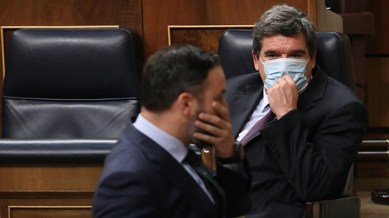 Abascal pasa por delante del ministro de Inclusión Social, José Luis Escrivá en el Congreso