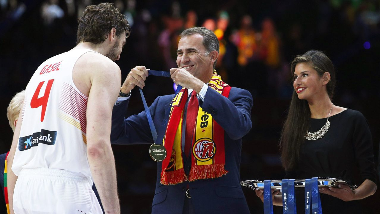 Entrega de la medalla a Pau Gasol tras ganar el Eurobasket 2015