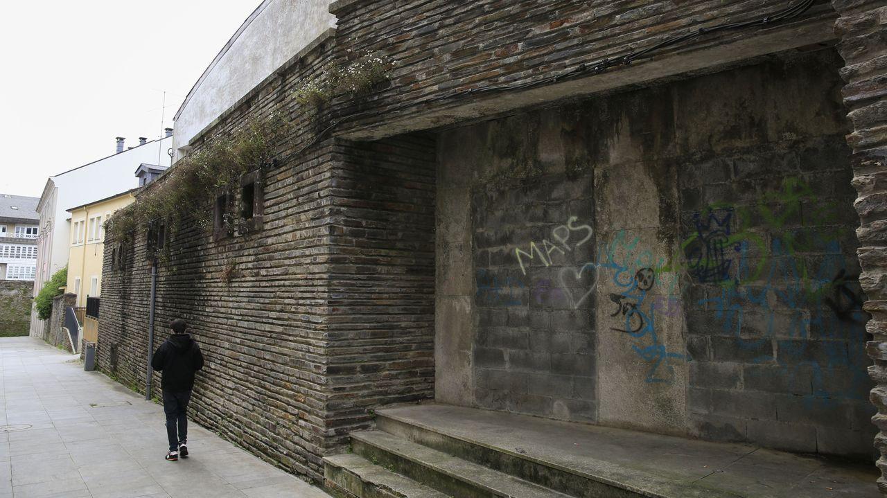 El pabellón de la OJE languidece frente al costado de la Diputación