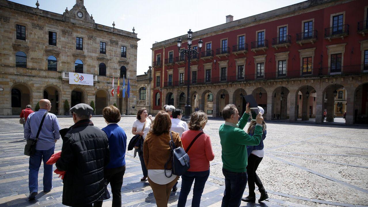 Turistas disfrutando del buen tiempo en Gijón