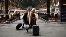 Viajeros en la estación de tren de Kings Cross en Londres, este domingo, después de que varios países prohibiesen los viajes desde Reino Unido por el avance de la nueva cepa de covid