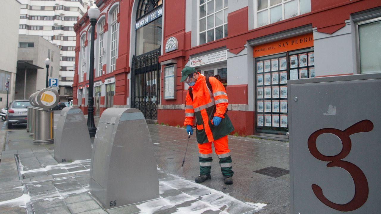 Un operario de Empresa Municipal de Medio Ambiente Urbano de Gijón EMULSA desinfecta las zonas de Puerta de la Villa y de La Tejerona