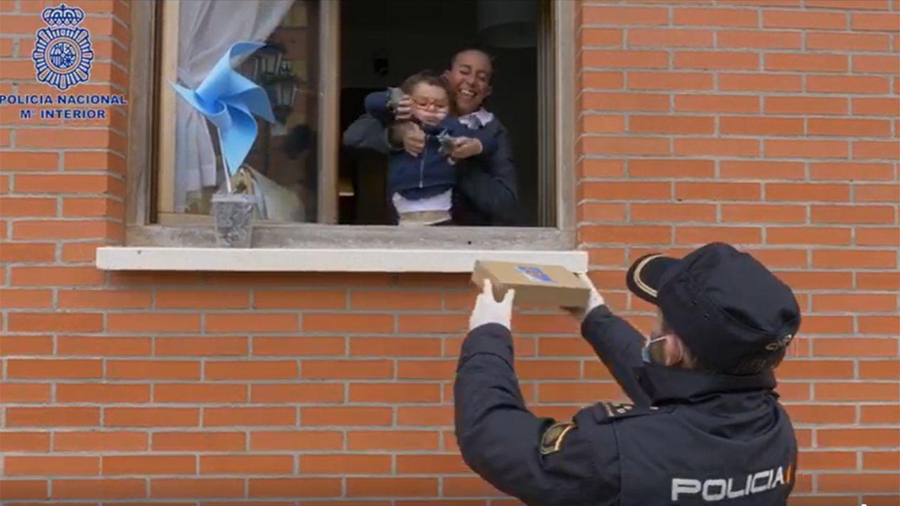 El homenaje de la Policía al niño autista abucheado desde los balcones. El hospital militar instalado en el aparcamiento subterráneo del Hospital Universitario Central de Asturias (HUCA) ha comenzado a recoger las primeras muestras a los profesionales sanitarios