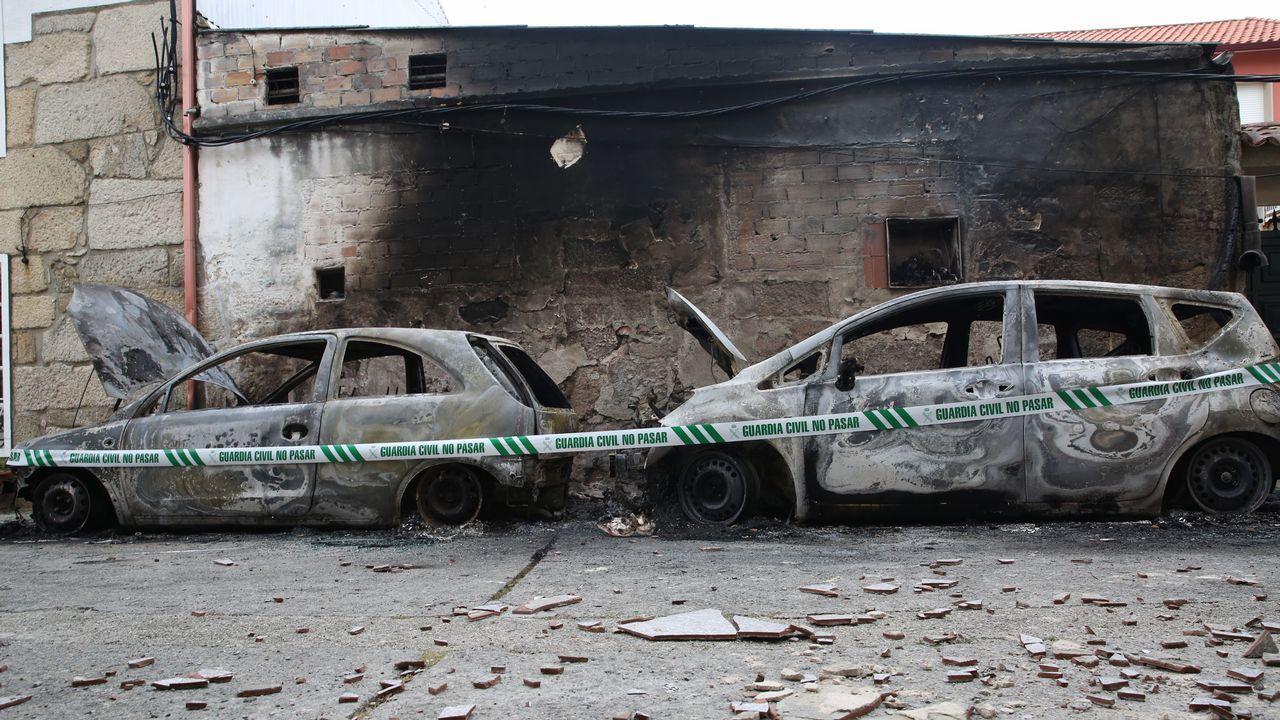 Un incendio calcina dos coches en la rúa das Hortas en Vilanova.