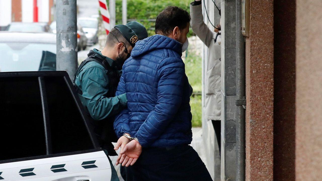 combo galegos 1.El argelino K.M. (d), de 42 años, es escoltado por la guardia civil mientras es puesto a disposición del Juzgado de Llanes, este jueves. El argelino, investigado como uno de los dos presuntos autores de la muerte del concejal de IU en Llanes, Javier Ardines, fue extraditado desde Suiza, donde se encontraba en prisión por otros delitos.