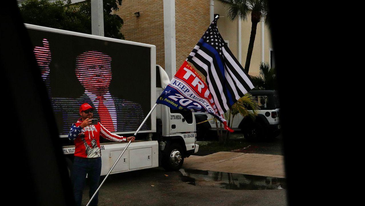 Un seguidor se fotografía en un cartel de Trump en Palm Beach.