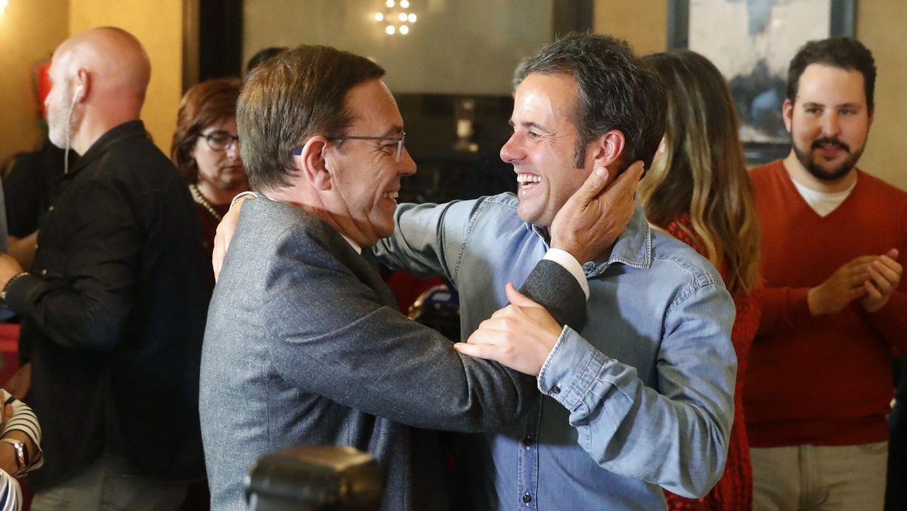 Iglesias reconoce más dificultades para negociar un gobierno de coalición con Sánchez.El candidato de Ciudadanos a la Presidencia del Principado, Juan Vázquez (i), y el candidato de este partido a la alcaldía de Oviedo Ignacio Cuesta, celebran los resultados electorales.