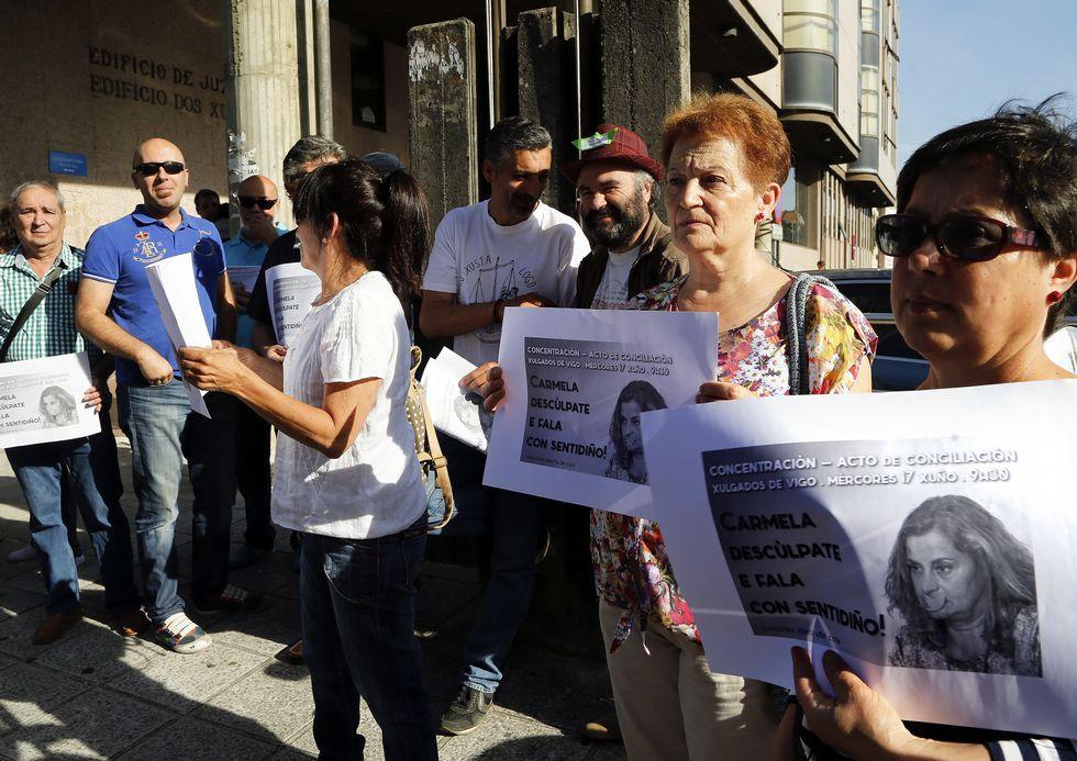 Los opositores se concentraron ayer ante el juzgado.