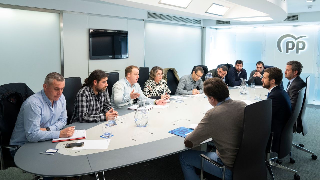 Imagen de archivo de una reunión en Madrid a finales del 2019 del presidente del PP, Pablo Casado, con representantes del comité de empresa de Alcoa San Cibrao