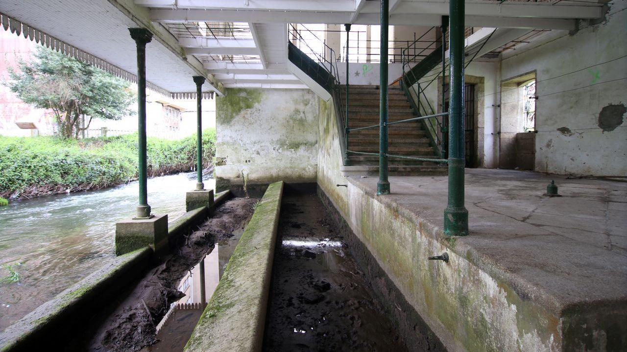 Las dos filas de pilones permitían lavar en función del caudal del río; hoy están llenos de lodo