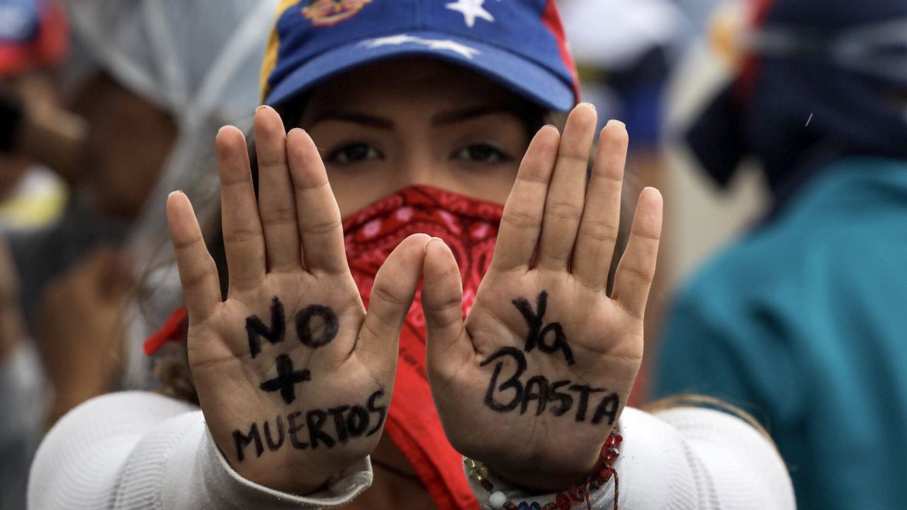 Venezuela se echa a la calle para reclamar elecciones libres.La presidenta de la Asamblea Nacional Constituyente, Delcy Rodríguez, junto a los gobernadores electos, antes de prestar juramento