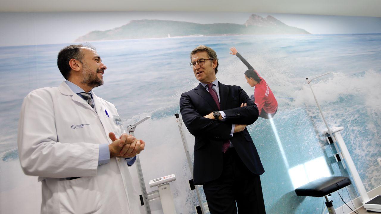 Feijoo toma una foto con el móvil en el Hospital Álvaro Cunqueiro.
