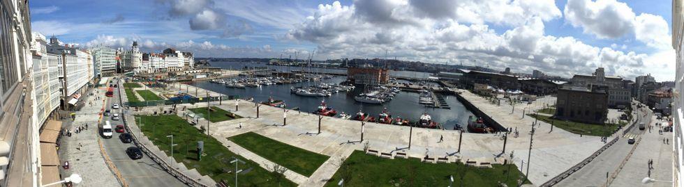 Las descargas de carbón y graneles en el puerto de A Coruña, un trastorno para los vecinos.Vista panorámica de la nueva Marina, a la izquierda de la fotografía pueden verse las vallas verdes que han impedido el acceso al nuevo tramo reformado del paseo y a sus áreas de juegos           infantiles.