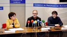 El director general de Salud Pública, Rafael Cofiño (c), junto a la gerente del Servicio de Salud del Principado de Asturias (Sespa), Concepción Saavedra (i), y al jefe del Servicio de Vigilancia Epidemiológica, Ismael Huerta (d),