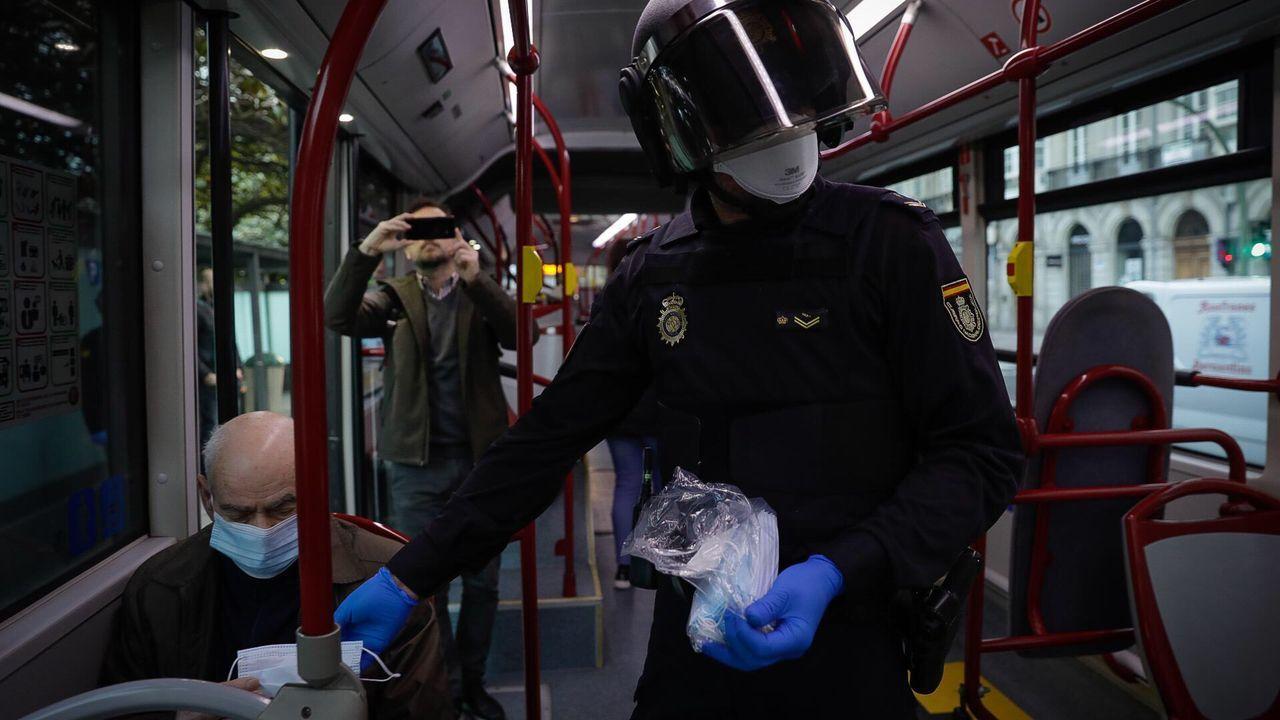 Reparto de mascarillas en los autobuses de A Coruña