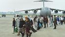 Evacuados de Afganistán caminan por la pista después de desembarcar de un avión de la Fuerza Aérea India