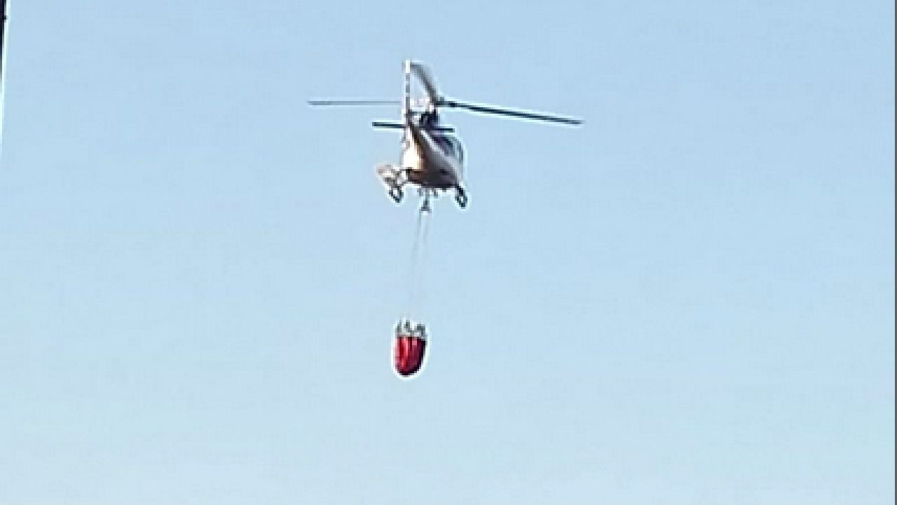 Aves silvestres capturadas y anilladas en Bóveda.Una fotografía tomada por un vecino de Rosende, en Sober, muestra un helicóptero acercándose a la laguna artificial de esta localidad para atacar el incendio de Pantón