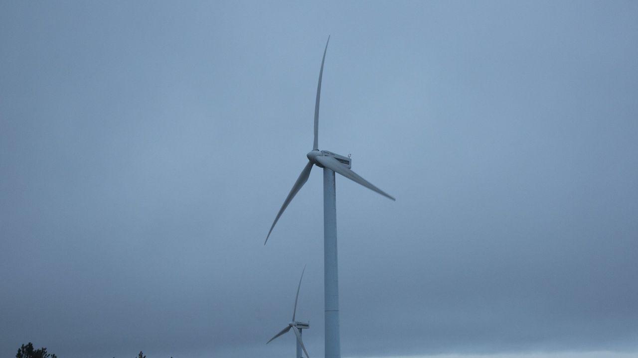 Uno delos parques eólicos existentes en la zona, visto desde la carretera de Sarria a Paradela
