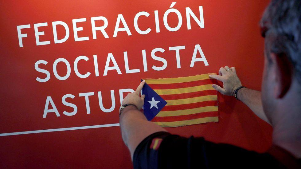 Más de 200 policías y guardias civiles de la asociación Justicia Salarial Policial (Jusapol) de Asturias, han participado hoy en una concentración ante la sede de la Federación Socialista Asturiana (FSA), en Oviedo, donde han colocado una estelada catalana en protesta por el rechazo a admitir una documentación con sus reivindicaciones