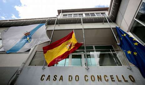 Las banderas ondearán a media asta en la fachada de la casa consistorial de Carballo durante los siete días de luto oficial.