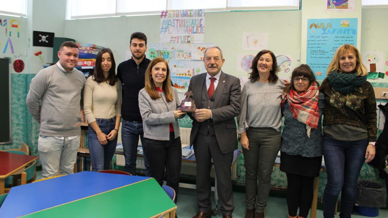 Complejo de la fábrica de armas.El alcalde, Wenceslao López, y la edil de Igualdad, Marisa Ponga, visitan la Casa de Acogida de Oviedo