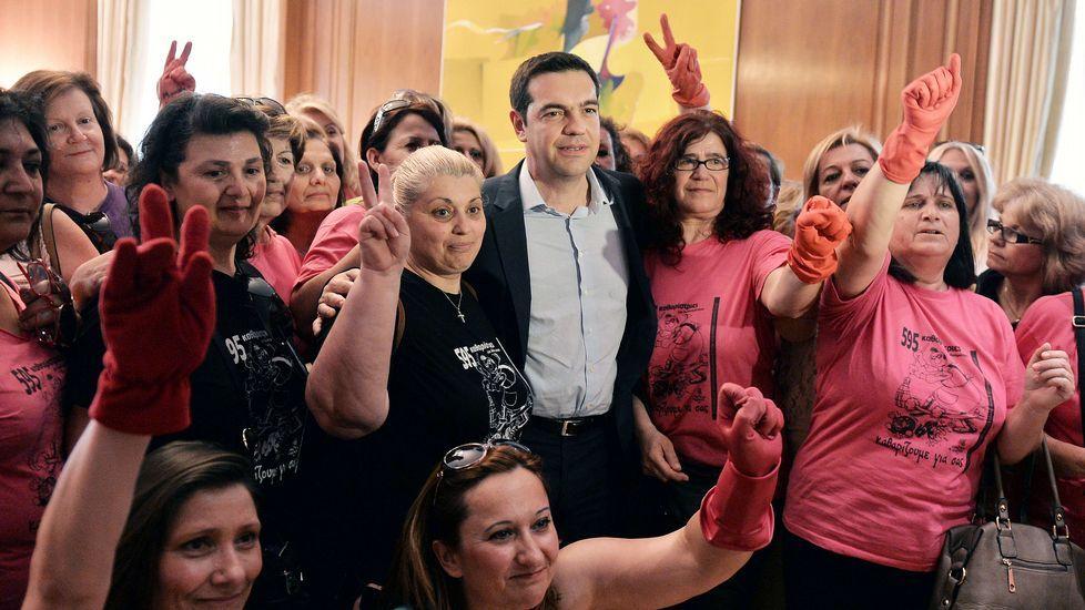 El extraño comportamiento de Juncker en la cumbre de Riga.El primer ministro griego posa con limpiadoras que fueron despedidas en el 2013.