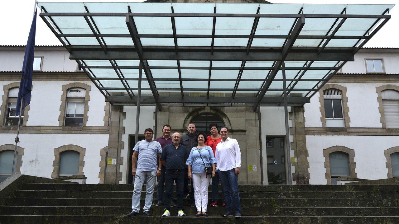 Los trabajadores del Reconquista revientan la rueda de prensa de presentación de Fitur.Tomé posando en las dependencias de la Diputación de Lugo