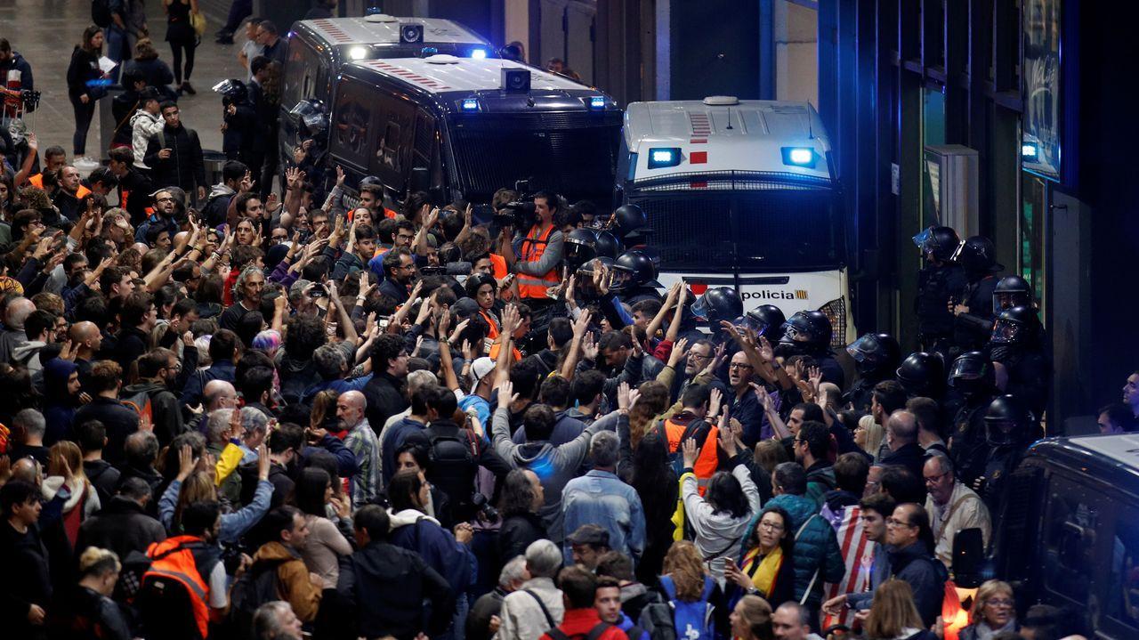 Los manifestantes intentaron bloquear, este lunes, los accesos a la estación ferroviaria de Sants