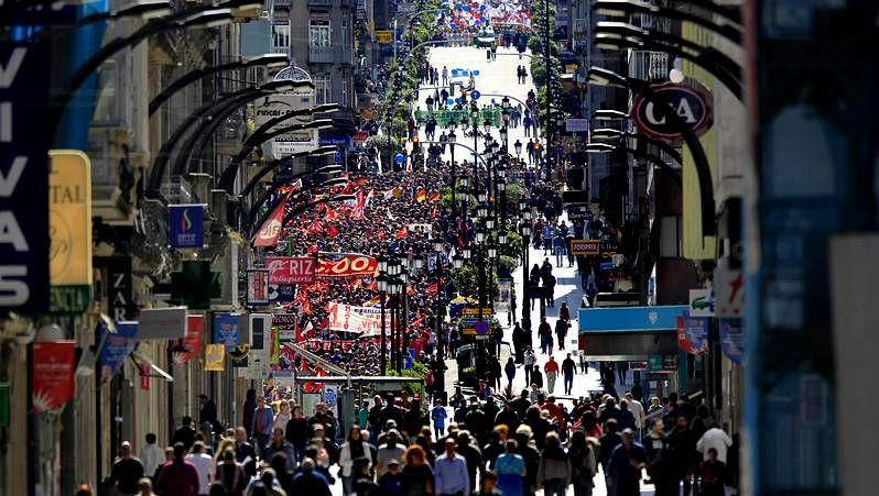 Miles de trabajadores en Vigo en el Primero de Mayo.Manifestación de la CNT en Ourense