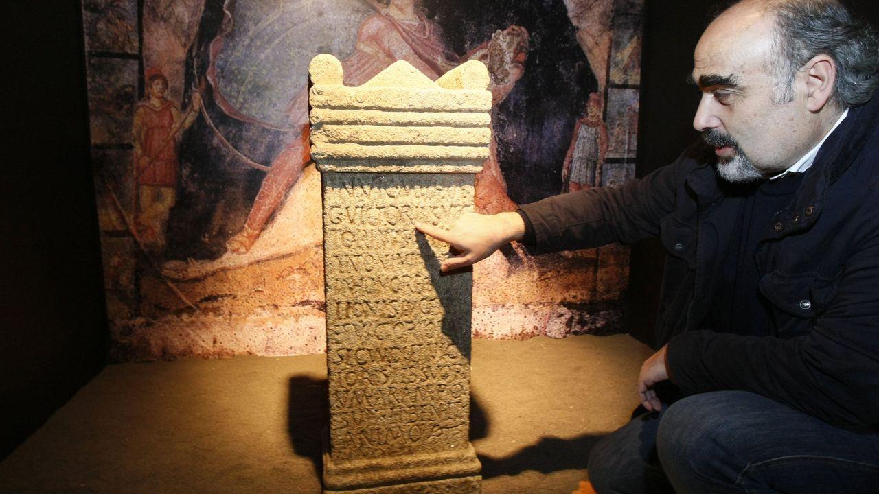 El arqueólogo Celso Rodríguez enseña la inscripción del mitreo de Lugo