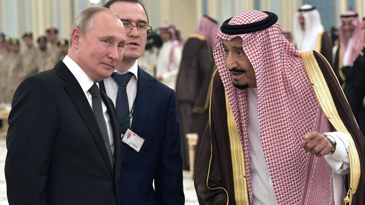 Vladimir Putin charla con el rey saudi en la recepción oficial en el palacio de Riad
