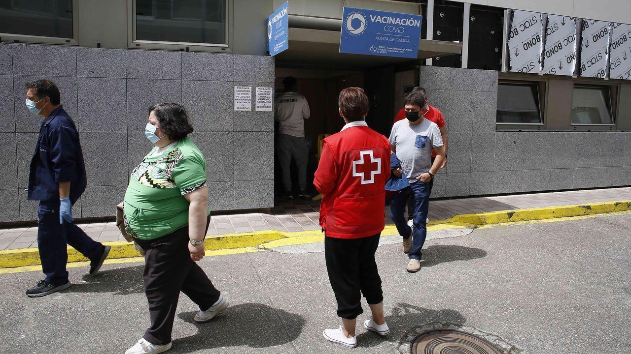 Así empezó la selectividad en Viveiro.Ayer estaban citados en Burela para la vacuna 1.500 mariñanos de entre 50 y 59 años