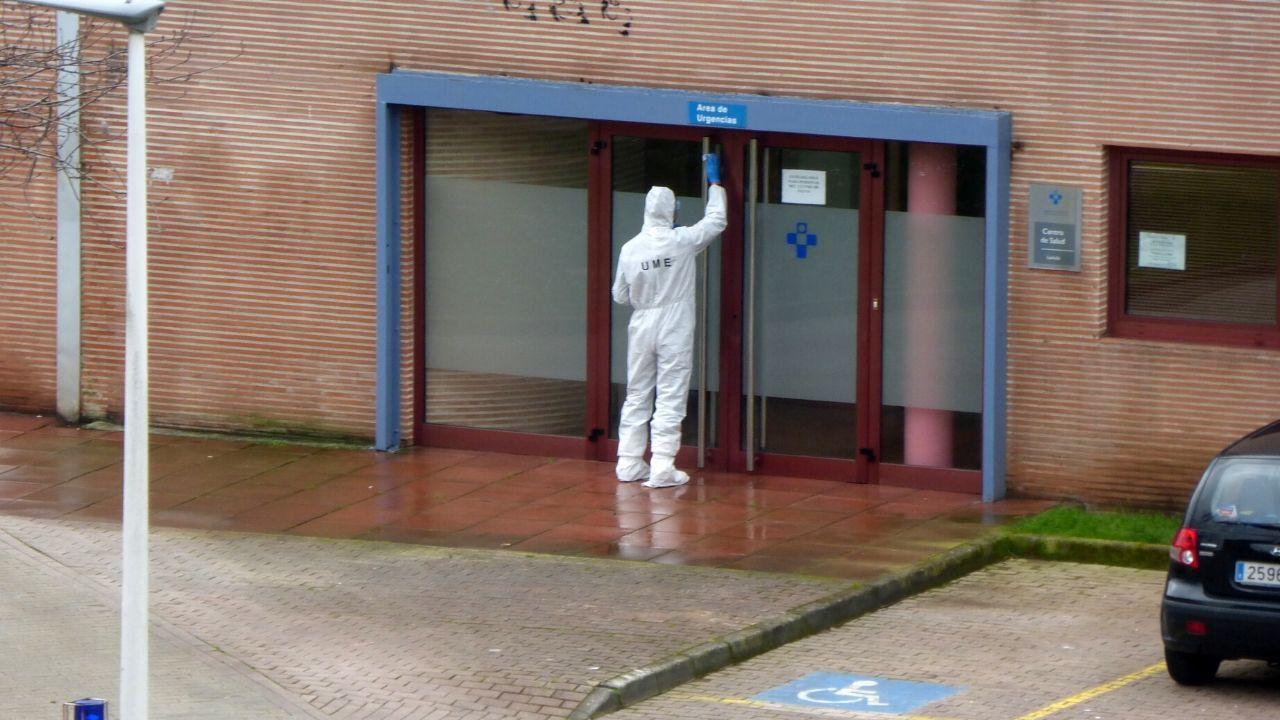 Un miembro de la UME desinfecta la puerta de Urgencias del centro de Laviada en Gijón