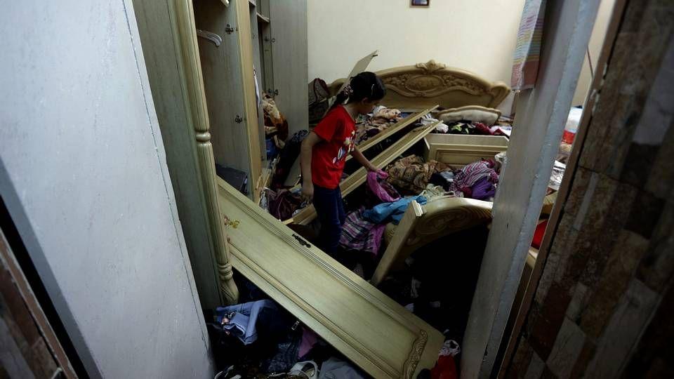 La tensión aumenta en Jerusalén.Una familia revisa los daños de su casa tras el registro por parte de las tropas israelís.