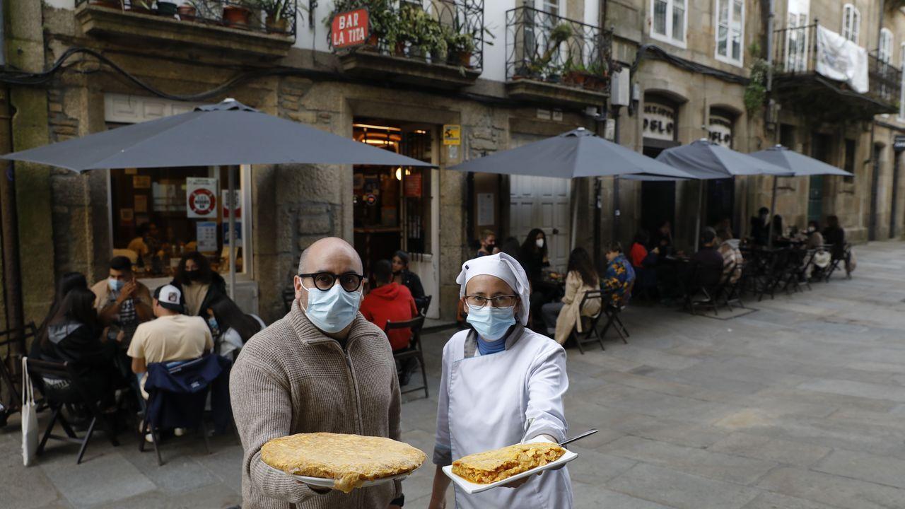 La Tita (Santiago). Carlos Suárez hace tortillas de patatas de 30 huevos y para seis personas. Pero también se puede pedir una ración, una tapa que va con la consumición o media tortilla. Eso sí, siempre se sirve recién hecha. Puede llegar a sacar 120 y a utilizar más de 3.000 huevos.