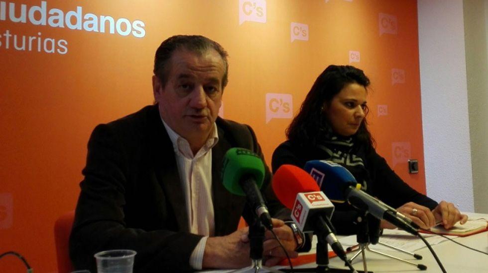 Reunión de los vecinos de Gijón, alarmados por la contaminación.Nicanor García y Diana Sánchez