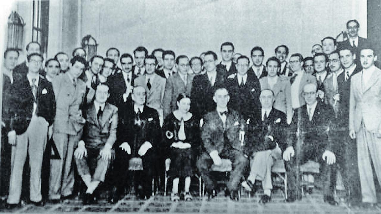 Rita Fernández Queimadelos (en el centro de la imagen) posa con sus compañeros de la Escuela de arquitectura 2
