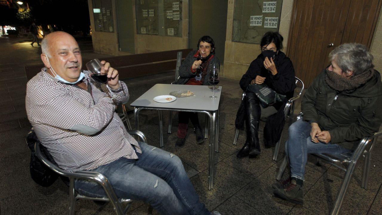 En Vilagarcia, los vecinos salieron a tomarse un vino para despedirse de los bares