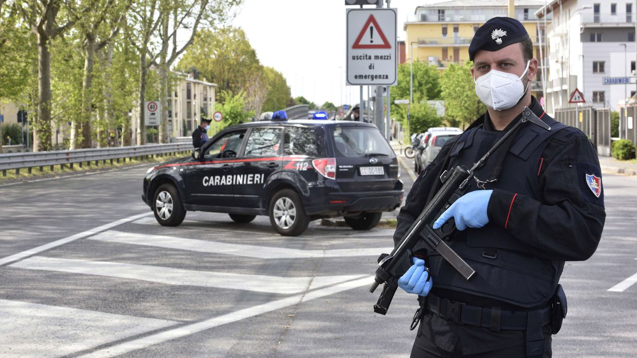Los Carabinieri controlan a los conductores en una carretera en Bérgamo, norte de Italia, para garantizar que cumplan con las órdenes de confinamiento