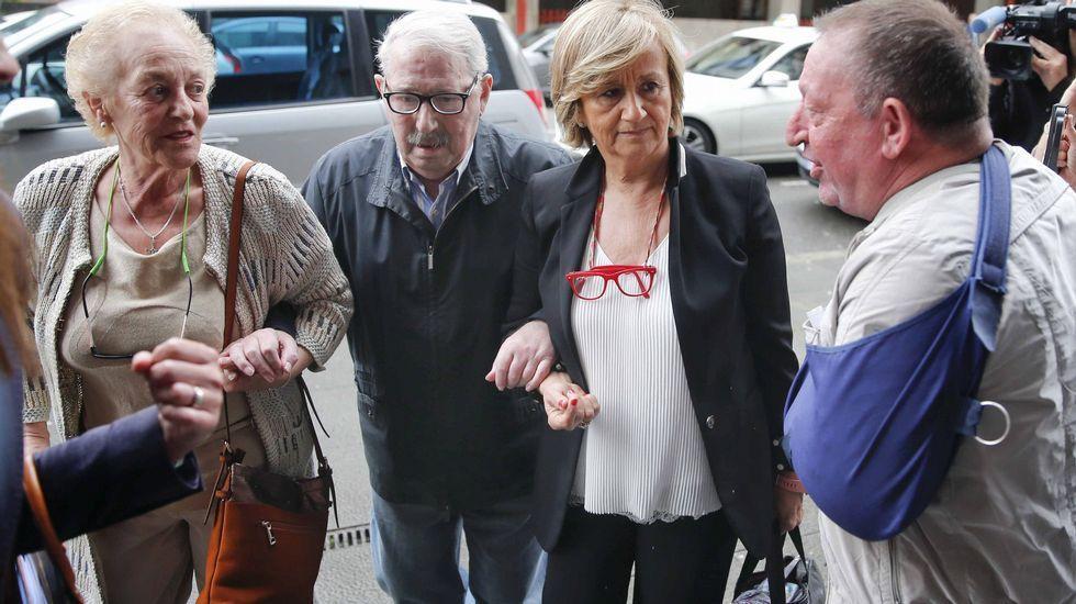 El ex secretario general del SOMA-UGT José Ángel Fernández Villa (2i), a su llegada a la Sección Tercera de la Audiencia Provincial de Oviedo para enfrentarse al juicio por un presunto delito de apropiación indebida de fondos del sindicato, por el que la Fiscalía pide una pena de cinco años de cárcel.