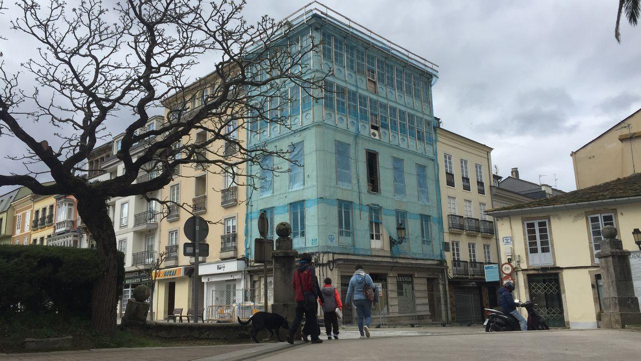 El edificio de la antigua Casa Arango, que están restaurando en Ribadeo para apartamentos turísticos y locales comerciales