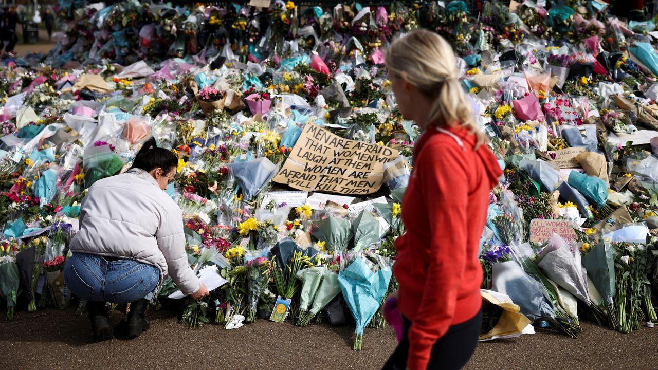 Teléfono móvil.Flores de homenaje a Sarah Everard en Londres