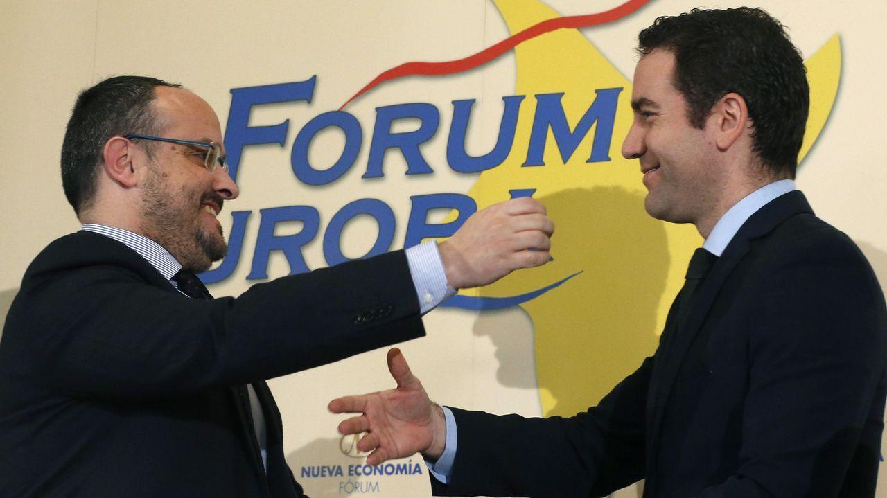 García Egea (derecha) protagonizó un desayuno informativo con el líder del PP cataán, Alejandro Fernández
